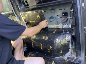 デッドニング 防音 防振 フェンダー ロードノイズ 共振 静音化 快適化 最適化 遮音 遮熱 断熱 エアコンの効き 熱反射 猛暑 酷暑 ルールのデッドニング フロアーのデッドニング 断熱処理 遮熱処理 断熱材 遮熱材 シンサレート STP DYNAMAT HUMMER H2 カーゴスライド ホットワイヤード 断熱マット