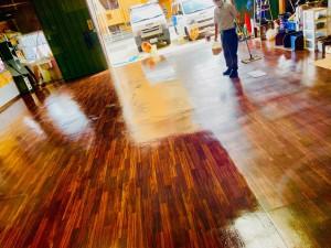 HOT WIRED 名古屋 カーオーディオショップ クッションフロアー ガレージの床 工場の床 床材 ガレージのフロアー ワックスがけ 床ワックス ホットワイヤード