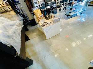 HOT WIRED 名古屋 カーオーディオショップ クッションフロアー ガレージの床 工場の床 床材 ガレージのフロアー ワックスがけ 床ワックス ホットワイヤード 大掃除